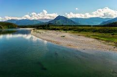 Панорамный взгляд реки горы и каменистого берега Стоковая Фотография