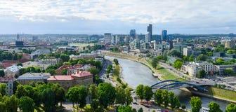 Панорамный взгляд реки Neris и многоэтажных зданий города дальше Стоковое Изображение RF