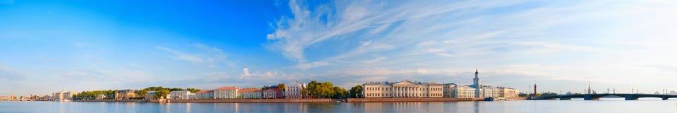 Панорамный взгляд реки Neva в Санкт-Петербурге, России Стоковые Фото