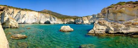 Панорамный взгляд скалистой береговой линии и бирюза мочат, Milos, Gr стоковые изображения