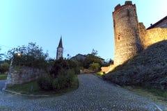 Панорамный взгляд средневековой деревни Ricetto di Candelo в Пьемонте, используемой как убежище во времена нападения во время сре стоковая фотография