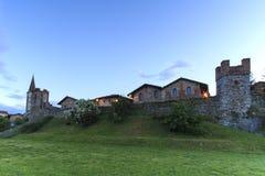 Панорамный взгляд средневековой деревни Ricetto di Candelo в Пьемонте, используемой как убежище во времена нападения во время сре стоковая фотография rf
