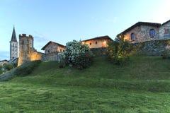 Панорамный взгляд средневековой деревни Ricetto di Candelo в Пьемонте, используемой как убежище во времена нападения во время сре стоковые изображения rf
