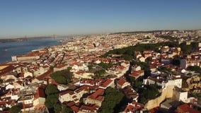 Панорамный взгляд старых Лиссабона и Рекы Tagus на виде с воздуха утра сток-видео