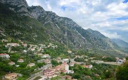 Панорамный взгляд, сцена с деревней здания Kruja старой, улицей базара, фортом, Тираной в Албании, около реки Ishem, обитаемого в Стоковое фото RF