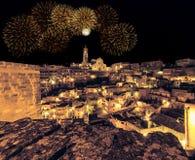 Панорамный взгляд типичных di Matera Sassi камней и церков Matera на ноче стоковые фотографии rf