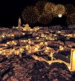 Панорамный взгляд типичных di Matera Sassi камней и церков Matera на ноче стоковое изображение rf
