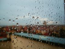 Панорамный взгляд через дождевые капли Стоковое Фото