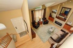 Панорамный взгляд элегантных живущей комнаты и entryway от вверх Стоковое Изображение