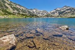 Панорамный взгляд chuki и Dzhano Demirkapiyski выступает, озеро Popovo, гора Pirin, Болгария стоковое изображение