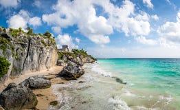 Панорамный взгляд El Castillo и карибского пляжа - майяских руин Tulum, Мексики Стоковая Фотография