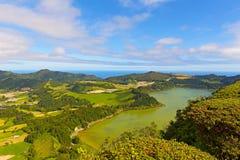 Панорамный взгляд Lagoa das Furnas, озера в вулканическом кратере около Furnas в Азорских островах, Португалии стоковое изображение rf