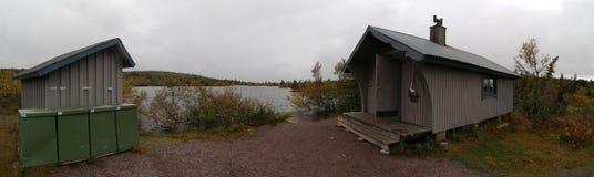 Панорамный взгляд Oestfjaellstugan (unserviced общественной отдыхая хаты) около Saelen Стоковая Фотография