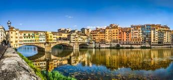 Панорамный взгляд Ponte Vecchio с River Arno на заходе солнца, Флоренсом, Италией Стоковые Изображения RF