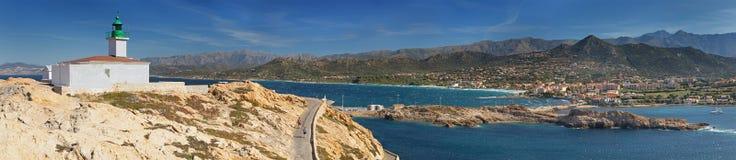 """Панорамный вид береговой линии около l """"lle-Rousse Корсики стоковое фото"""