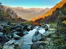 Панорамный вид воды на предпосылке горы стоковое изображение