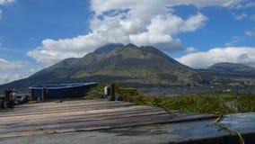 Панорамный вид вулкана Imbabura увиденного от лагуны Сан Pablo во дне с ясным голубым небом стоковые изображения