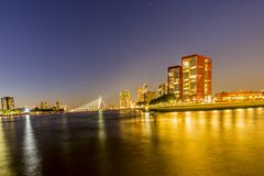 Панорамный вид в ночи моста Erasmus стоковое изображение rf