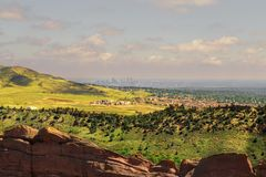 Панорамный вид Денвер от красных утесов амфитеатра, Колорадо r стоковое фото rf