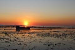 Панорамный вид захода солнца seashore красивый стоковое фото rf