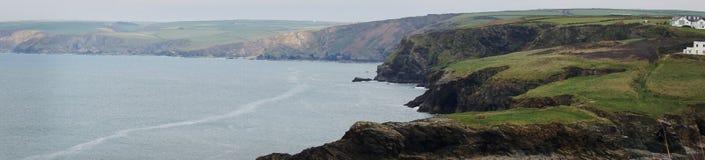 Панорамный вид зеленых холмистых гор и океана в гаван Исаак, Корнуолле, Англии стоковые изображения rf