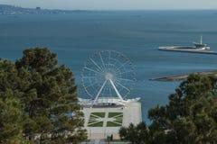Панорамный вид колеса ferris, город, море стоковая фотография
