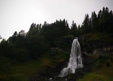 Панорамный вид к водопаду Steinsdalsfossen, Norheimsund, Норвегии стоковые изображения