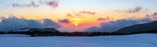 Панорамный вид к красивому живому заходу солнца зимы в горах стоковое фото rf
