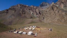 Панорамный вид лагеря Confluencia внутри парка Аконкагуа захолустного стоковая фотография rf