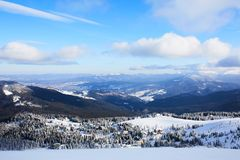 Панорамный вид лыжного курорта Dragobrat сверху Ландшафт зимы горы снежный от горнолыжного склона Деревянные коттеджи и стоковые фотографии rf