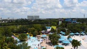 Панорамный вид людей наслаждаясь привлекательностями бассейна и воды на Aquatica 2
