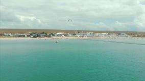 Панорамный вид моря и пляжа на трутне летая Стрельба с дуновениями камеры летая от моря к с акции видеоматериалы