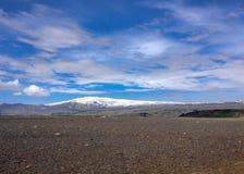 Панорамный вид на известном вулкане Eyjafjallajokull, месте развалины Solheimasandur плоском: ландшафт пустыни отработанной формо стоковая фотография rf