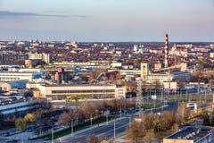 Панорамный вид на квартале нового квартального городского развития района многоэтажного здания жилом в вечере от взгляда глаза пт стоковое фото