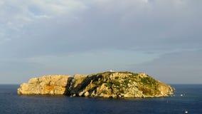 Панорамный вид небольшого острова на заходе солнца сток-видео
