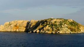 Панорамный вид небольшого острова на заходе солнца акции видеоматериалы