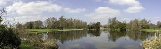 Панорамный вид озера восьмиугольник в Stowe, Buckinghamshire, Великобритании стоковые изображения