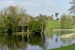 Панорамный вид озера восьмиугольник в Stowe, Buckinghamshire, Великобритании стоковое изображение rf