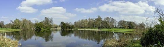 Панорамный вид озера восьмиугольник в Stowe, Buckinghamshire, Великобритании стоковое изображение