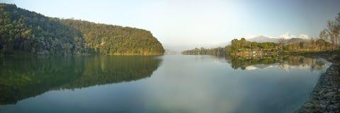 Панорамный вид ОЗЕРА НЕПАЛА phewa стоковые изображения rf