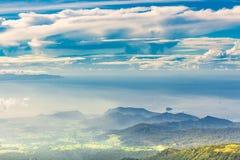 Панорамный вид от высокого зеленого холма к морю, островам, террасам риса, полям и лесам в Индонезии, наклоне вулкана Agung стоковые изображения