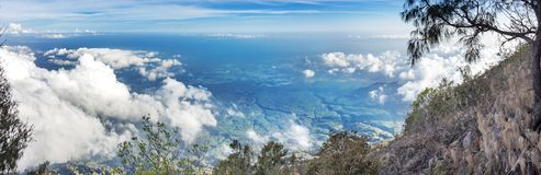 Панорамный вид от высоты Панорамный вид холмов вулкана Agung Панорама голубого неба с облаками стоковое изображение