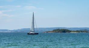 Панорамный вид роскошного плавания Yatch в море стоковые фотографии rf