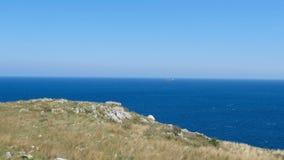 Панорамный вид сельской местности Salento готовя траву Apulia Италию seascape сторожевой башни прибрежную видеоматериал