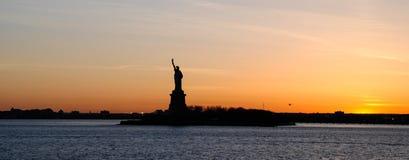 Панорамный вид статуи свободы, на заходе солнца стоковые изображения rf