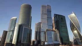 Панорамный вид финансового городского пейзажа района и известных небоскребов Москвы акции видеоматериалы