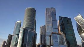 Панорамный вид финансового района города Красивейшие небоскребы сток-видео