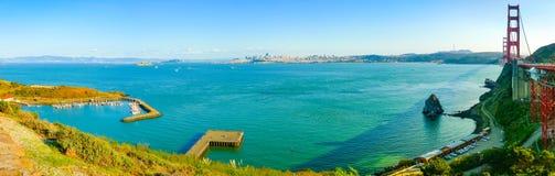 Панорамный вид San Francisco Bay с золотыми воротами стоковое фото
