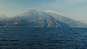 Панорамный вид на озеро Como, Альпы выше стоковые изображения