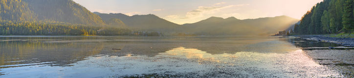 Панорамный вид на озеро Teletskoe, гора Altai, Сибирь, Россия Стоковое фото RF